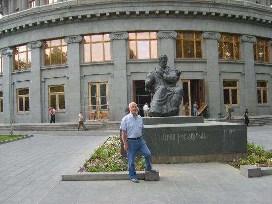 Aram Katchaturian devant l'Opéra